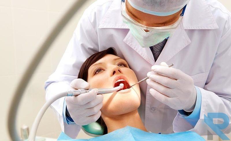 طبيب أسنان يكشف على رحم سيدة بدلاً من أسنانها